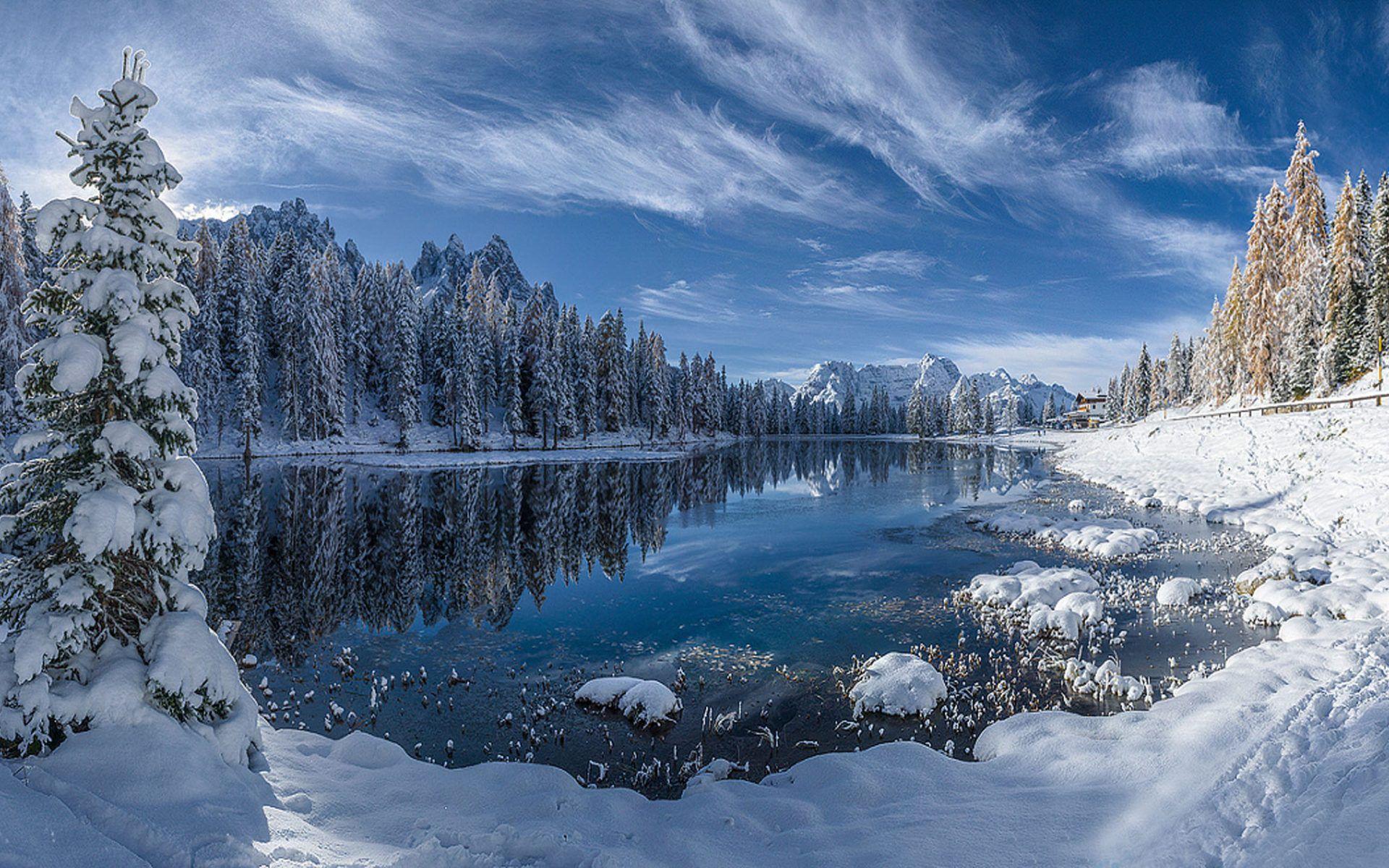Descargar 2560x1440 Cielo Claro Sobre Las Montañas Nevadas: Paisaje Nevado