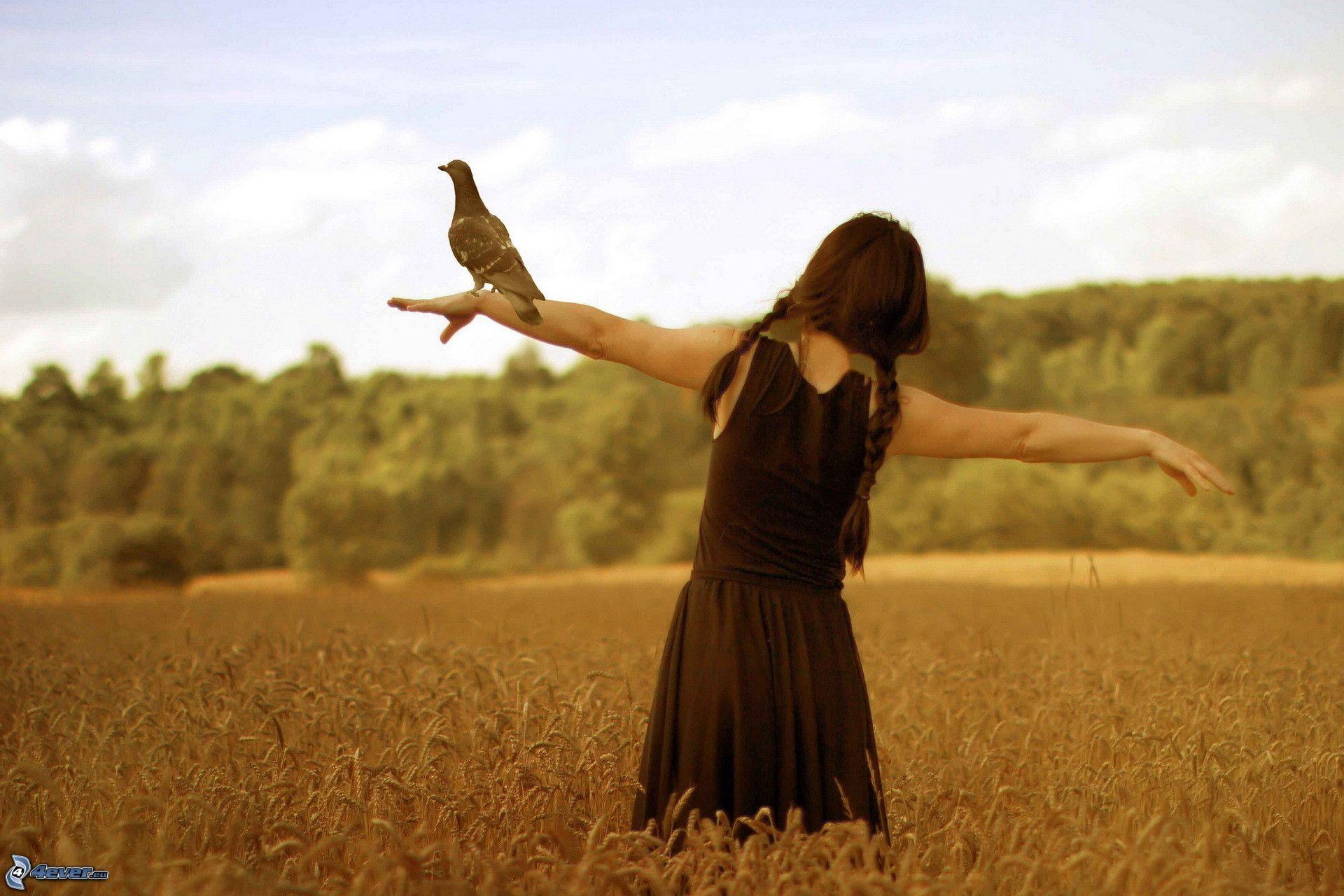 Chica de pie en el campo